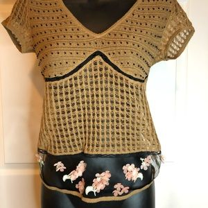 Knit top w/flower embroidery.